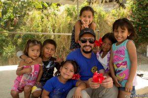 Приятелски настроени деца от племето Куна Яла